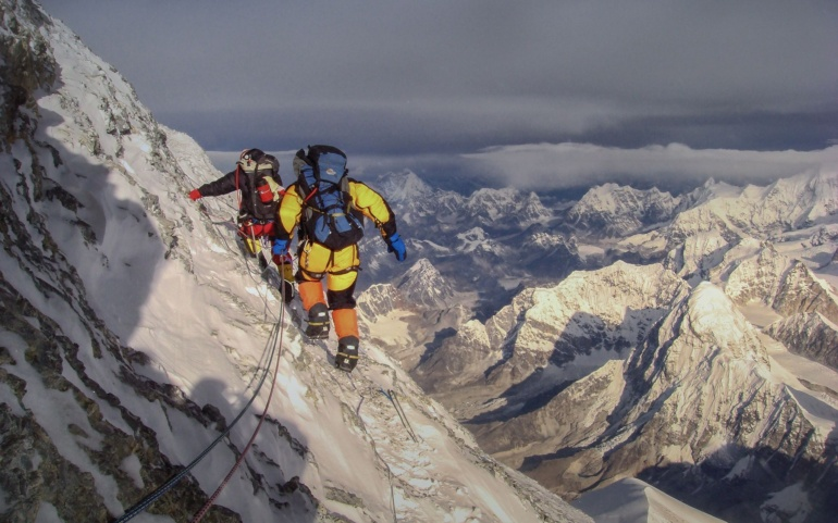 How expensive is the equipment for a 8,000 m expedition?